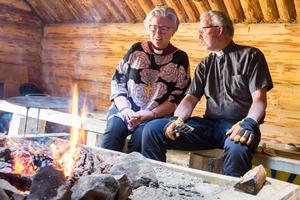 Biskop Eva Nordung Byström i samtal med Lars Stenman, kyrkoherde i Härjedalens pastorat, som dagen till ära tog med sig wokpannan och lagade marinerad älgwok till gudstjänstbesökarna.