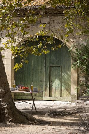 Det dukas upp för lunch på vingårdens innergård. Baguetten med vitlök, tomat och olja var maten man förr hade i fält. Vin var måltidsdrycken - en del av soldaternas lön var 3 - 4 liter vin per dag.