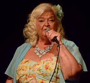 Ann-Cecilia Thenander bjöd på skönsång, humor och klänningsbyten.