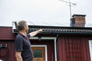 Taket till familjens villa pryds av 29 solceller, som kompenserar för nästan precis hälften av deras energiförbrukning.