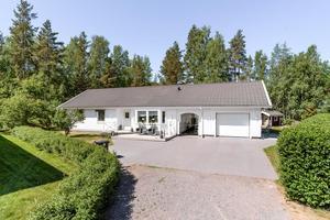 Enplansvilla i Stennäset tredje mest klickade objektet i Dalarna hos Hemnet vecka 10. Insynsskyddad tomt angränsande mot litet skogsparti. Foto: Kristofer Skog.