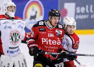 Carl Becker och Rasmus Sörgardt (längre ner här på listan) möttes i en match mellan Piteå och Väsby 2017. Den kommande säsongen kan de stöta på varandra i hockeyallsvenskan i stället. Foto: Bildbyrån