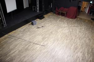 En av stängerna som någon kastat på golvet i Musikhusets spelsal har körts in i scenen med kraft.
