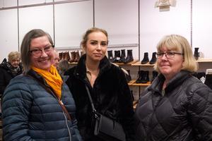 Christina Holmberg, Emma Karlsson och Gun Svensson hade svårt att hitta rätt storlekar på skorna.