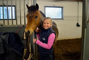 Vilda Nygren och hennes ponny Momento, kallad Momme.