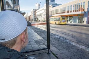 Pelle, som egentligen heter något annat, välkomnar fler boendeplatser för hemlösa. Men han vill att kommunen ser till att värmestugan vid Kyrkgatan även hålls öppet på helger.