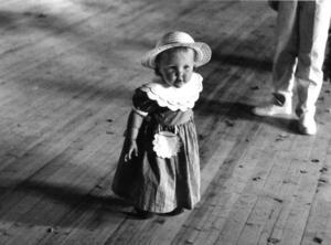 Marika Österberg, 1 år, debuterar i midsommardansen i Brattbäcken, Hoting, 1989. Foto: Håkan Hopstadius.