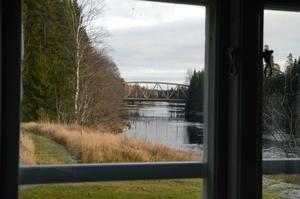 Får Trafikverket som de vill kommer de två broarna att försvinna i blickfånget från Bengt G Nilssons köksfönster.