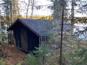 Till fiskestugan hör ett båthus nere vid Tännsjön. Foto: Svensk Fastighetsförmedling