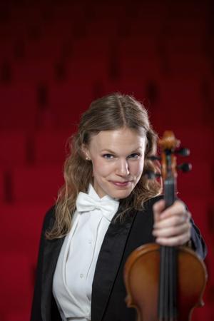 Isa Hammarsten tyckte bäst om att spela folkmusik på fiol när hon växte upp. Men till slut valde hon den krävande klassiska musiken och är nu fast anställd violinist i Jönköpings sinfonietta. Foto: Lars Kroon