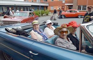 Karin Helgesson, Ingrid Åberg, Ellen Sundström och Ingrid Vikström fick sig en åktur i Alf Roths Ford Galaxy från 1964.