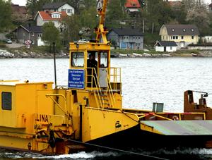Färjan från Oaxen är på väg till färjeläget på Mörkö.