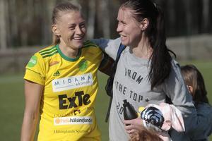 Frida Pickles gratulerar lagkapten Ellika Persson till en seger tidigare under våren.
