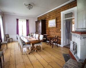 De gamla timmerväggarna är frilagda på många håll i huset. I det här rummet var golvet i gott skick och kunde användas.