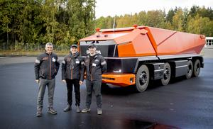 Projektledare Jihad Daoud, designer Xavier Carreras och projektledare Erik Falkgrim poserar stolt framför sin skapelse – Scania AXL.