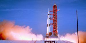 Apollo 11 lyfter mot månen. Foto: Biografcentralen