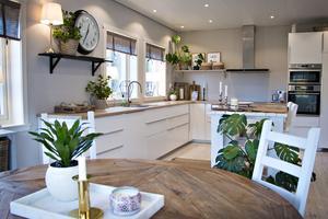Huset hade tidigare ett smalt gångkök, men efter att ha byggt ut har man fått en stort kök med matsal.
