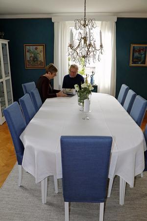 Eva och Bengt Gustafsson är inte rädda för starka färger. Väggarna i matsalen är mörkt blå.