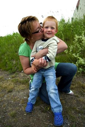 """Hemma igen. Arna Granvold är lycklig över att treårige Zimons rymning från förskolan trots allt slutade lyckligt. """"Men det är helt oacceptabelt att barnen kan rymma"""", säger hon."""