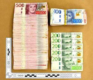 Polisen hittade drygt 150 000 kronor, som en person med kopplingar till  den utpekade ledaren, försökte dumpa under ett polisingripande. Polisen har dock inte lyckats knyta pengarna till den misstänkte ledaren. Bild: Polisen