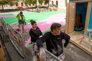 I år blev det ingen Rosa gatan, men ett grön-rosa torg. Pär Edén, Catrin Gyllander och Bjarne Hilmarth tar en paus och väntar på mer färg innan Teaterplan kan stå färdig.