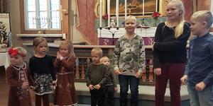 Barn från byn tände adventsljus och sjöng julsånger.