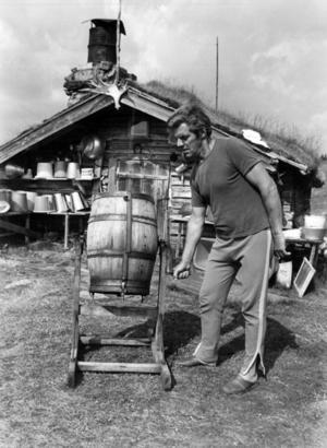 Butösen Ingemar Andersson kärnade smör i Östra Arådalen 1982.