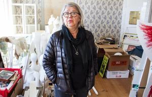 Monica Svensson mitt bland alla de föremål som ska visas upp i Lill-Babs-utställningen, som öppnar den 6 juni på Stenegård i Järvsö.