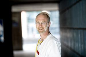 Läkaren och forskaren Jonas Ludvigsson blev utsatt för en ström av hat och hot efter att han publicerat en artikel om covid-19 infektion hos barn. Undertecknarna av debattartikel reagera stark på ett debattklimat som hota det vetenskapliga samtalet.