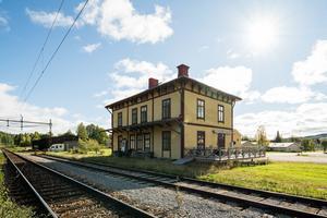 Stationshuset i Skorped sett från spårsidan. Här förbi passerar tågen på stambanan på sin väg genom Sverige.  Foto: ERA Mäklarbyrå