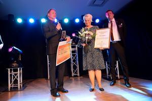 Makarna Jens Johansson och Lillian Lagergren Johansson på Krigsbygård blev årets företagare i Timrå när priserna delades ut under Guldstegen.
