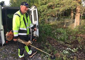 Lars Fagerström på Rättviks entreprenad röjer sly längs villorna på Nyheden.