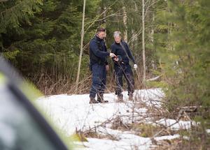 De två kriminalteknikerna från Uppsala intill platsen där de första fynden av ett mänskligt skelett gjordes under söndagseftermiddagen.