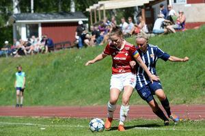 Östersundskaptenen Emma Ljungdahl i kamp om bollen med Kovlands Jonna Wistrand.