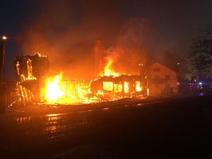 Vid femtiden på onsdagsmorgonen kom larmet om att det brann i ett flerfamiljshus i Söderbärke i Smedjebackens kommun. Foto: Jonas Dorg/Räddningstjänsten.