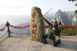 Paul Jing älskar friluftslivet och klättrar gärna i berg. Här ses han uppe på Mount Hua i Kina.