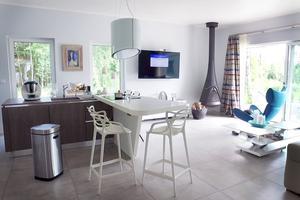 Vardagsrum och kök i ett, inredningen är en blandning av polsk och skandinavisk design.