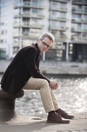 Journalisten Alexander Norén är en av många som har blivit husberoende. I sin nya bok skriver han om sitt liv i bostadskarriären och tipsar om sina egna framgångar och misstag.