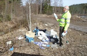Hedemoras miljöinspektör Hans Andersson hittar en flaska bland bekämpningsmedlen som har kastats på marken vid Kartjärnsbacken. En sån flaska köper man inte i en vanlig butik, förklarar han.