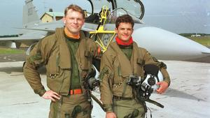 1999. Prins Carl Philip flyger Jas 39 Gripen. Prinsen fick den 3 juni en flygtur i en Jas 39 Gripen i studentpresent av pappa Kungen. Han fick åka med piloten Björn Johansson från Skaraborgs flygflottilj, F7, i Såtenäs.