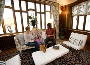 Ashlee, Gray och Pär spelar kort i husets luftiga och ljusa glasveranda, som i dag används som vardagsrum.