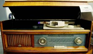 Har du hört talas om en kombinerad radio och grammofon av märket Monark? Inte. Här är i alla fall en modell.
