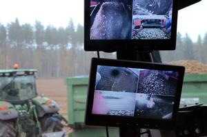 Från förarhytten på upptagaren ser föraren allt via kameror vad som sker på och runt  maskinen