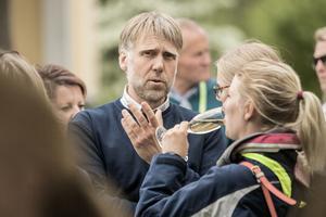 Olle Telje minglar bland besökarna på Lidö i Norrtälje skärgård.