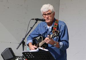 Ingemar Bengtsson spelade och sjöng ute. Han var dessutom konferencier.