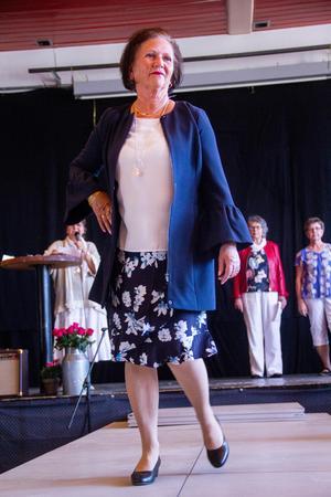 Modevisningen som SPF Seniorerna Söderhamn anordnar varje år är populär. Här är det ordförande Inger Engvers som visar upp en kreation.