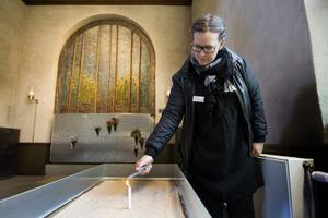 Linda Gavell, krematorieföreståndare för krematoriet i Gävle. Tycker om allhelgonahelgen.