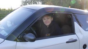 Daniel Larsson bor i Bergeforsen. Han är glad över att slippa köra sin mopedbil på E4 och under byggperioden sparar han in nästan 40 mil i omvägar.