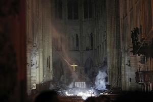 De första bilderna inifrån katedralen efter branden.