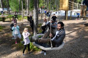 Prins Carl Philip åker en linbana vid invigningen av aktivitetsområdet Vilda Parken i skogen i Väse.Foto: Anders Wiklund/TT